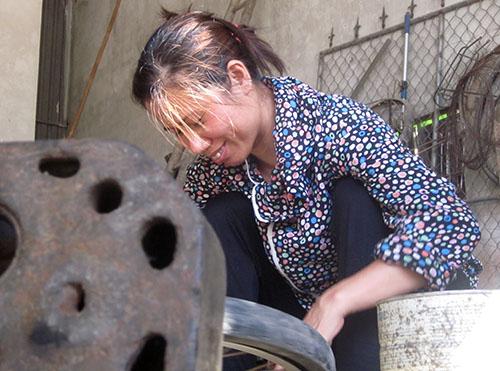 Người phụ nữ 13 năm sửa xe nuôi con khôn lớn 1