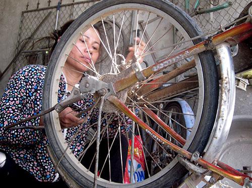 Người phụ nữ 13 năm sửa xe nuôi con khôn lớn 2