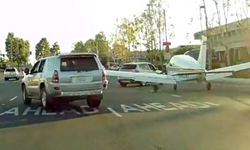 Máy bay hạ cánh trước mũi ôtô 1
