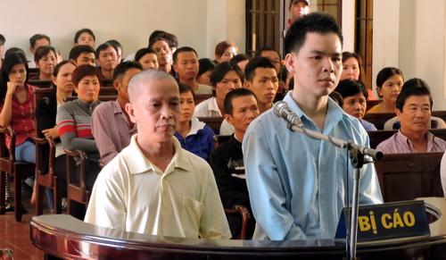 Khanh (áo xanh) và Hoài tại phiên tòa. Ảnh: Thái Hà
