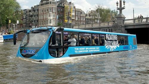 Xe buýt bơi như thuyền trên sông 1