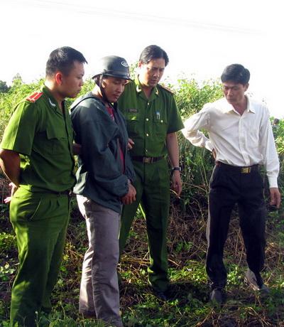 Nghi can Kiều Quốc Huy chỉ nơi miệng giếng chôn 2 nạn nhân. Ảnh: CTV
