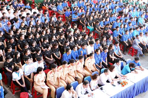 Hơn 1.000 thanh niên tuyên truyền đội mũ bảo hiểm đạt chuẩn 1
