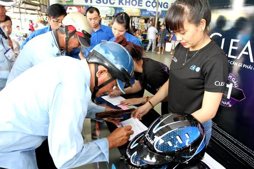 Hơn 1.000 thanh niên tuyên truyền đội mũ bảo hiểm đạt chuẩn 13