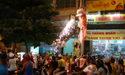 Hàng nghìn người đổ ra đường xem múa lân