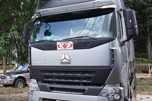 Đoàn xe quá tải dán logo lạ bị xử lý 2