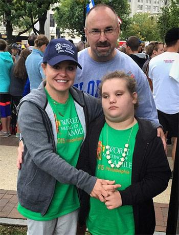 Dana Plunkett và cô con gái bị bệnh tự kỷ. Ảnh: Instagram