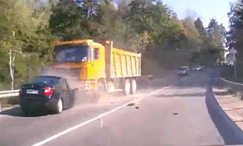 Ôtô lao thẳng vào đầu xe ben 1