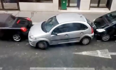 Nữ tài xế đâm 2 xe sang để chiếm chỗ đỗ 1