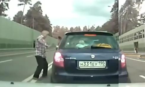 Nữ tài xế đâm 2 xe sang để chiếm chỗ đỗ 5