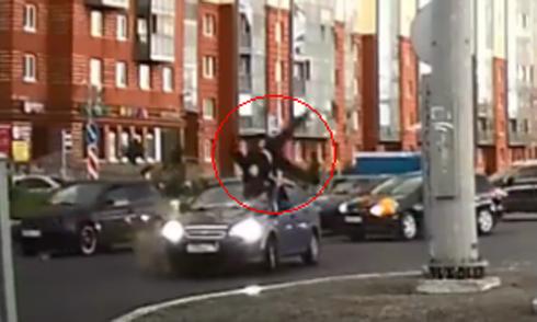 Chuyển làn ẩu, nữ tài xế tức giận vì bị xước xe 2