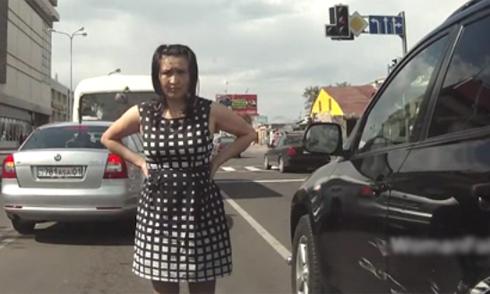 Chuyển làn ẩu, nữ tài xế tức giận vì bị xước xe 1