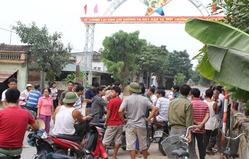 Hàng trăm người vây trụ sở xã phản đối dự án xử lý rác thải 1