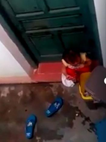 Bị cô giáo nhốt ở ngoài, trẻ mầm non cho rác vào miệng 1