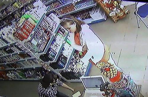 Hình ảnh người đàn bà lửa đảo bị cửa camera cửa hàng ghi lại. Ảnh: Cắt từ camera.