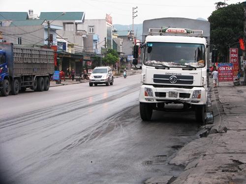 Xe tải chạy nhanh húc văng hai công nhân 2
