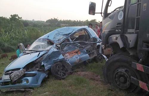 Bốn người gặp nạn trong chiếc taxi biến dạng 1