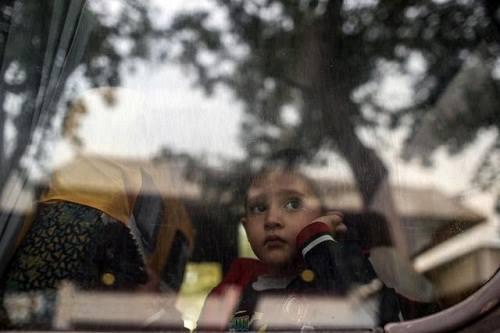 1. Một đứa trẻ tị nạn đang nhìn qua cửa kính xe buýt khi cùng gia đình đến Istanbul, Thổ Nhĩ Kỳ. Ảnh: AP