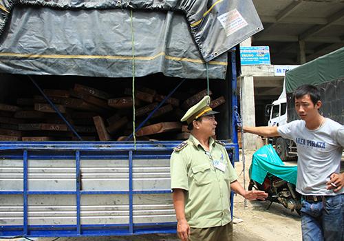 Tài xế bất hợp tác khi bị kiểm tra gỗ nghi nhập lậu 2