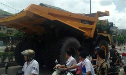 Siêu xe hơn chục tỷ đồng chạy choán hết đường Quảng Ninh