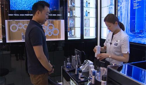 Đàn ông Hàn Quốc không chỉ mua kem dưỡng da và kem cạo râu mà nhu cầu của họ đối với các sản phẩm chống lão hóa, mặt nạ và xịt khoáng