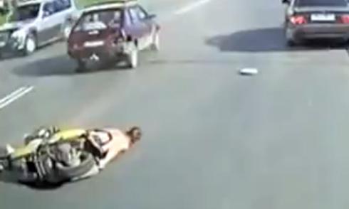 Đập mặt xuống đường, nằm bất tỉnh vì vượt ẩu 1