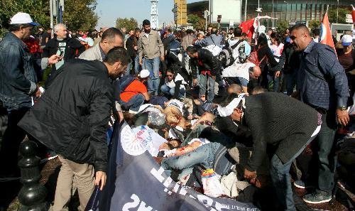 Nhiều người dân hỗ trợ cứu người bị thương trong vụ nổ. Ảnh: Reuters
