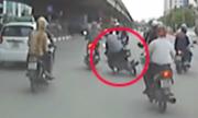Thanh niên ngã trước ôtô khi CSGT ra chặn người vi phạm