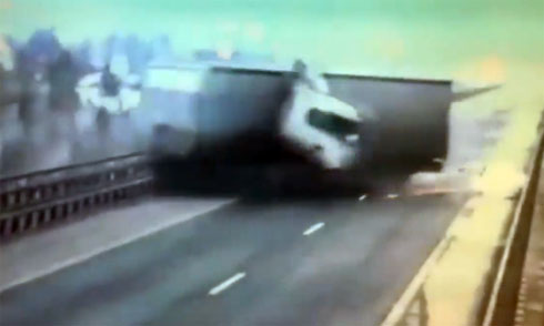Container tông vỡ thành cầu rơi xuống sông 1