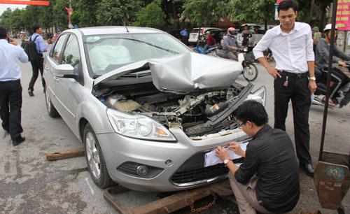Gây tai nạn liên hoàn, ôtô biển xanh được che biển số 1