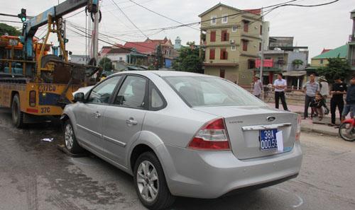 Gây tai nạn liên hoàn, ôtô biển xanh được che biển số 2