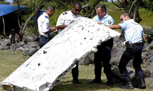 Người dân phát hiện xác máy bay chứa xương người nghi là MH370