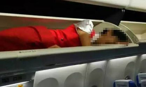 Tiếp viên nữ tố bị nhốt trong khoang hành lý máy bay