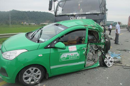 Xe tải đâm taxi bẹp dúm, 4 người gặp nạn 2