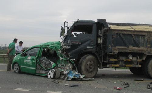 Xe tải đâm taxi bẹp dúm, 4 người gặp nạn 1