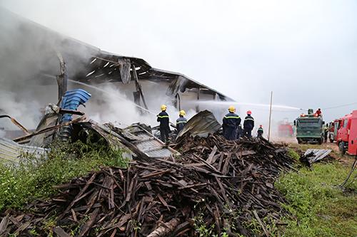 Cháy kho gỗ trong khu công nghiệp ở Quảng Trị 1