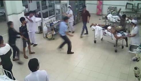 Nam thanh niên đâm loạn xạ bệnh nhân trong phòng cấp cứu