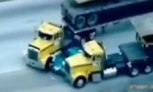 Xe máy phanh bằng chân để tránh lao gầm xe tải 4