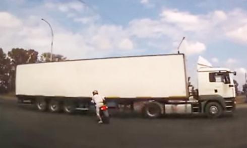 Xe máy phanh bằng chân để tránh lao gầm xe tải 1
