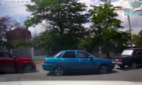 Xe máy phanh bằng chân để tránh lao gầm xe tải 5