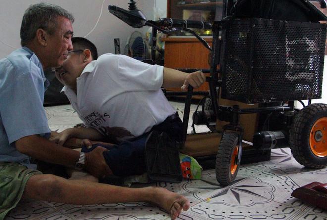 Nghị lực sống của hai cha con bị bại liệt