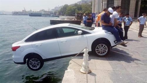 Độc chiêu cứu ôtô suýt lăn xuống biển 1