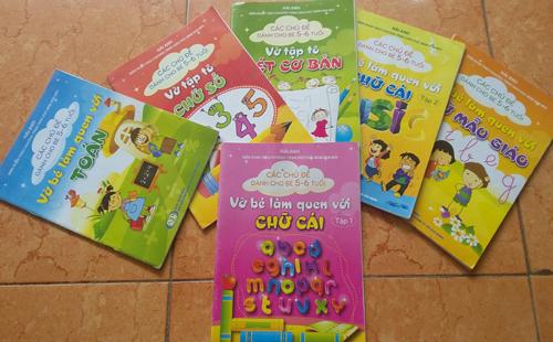 Nhà trường bán sách cho trẻ chưa biết chữ 1