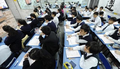 Cuộc chiến giành giáo viên lương 11 triệu USD ở Hong Kong 1