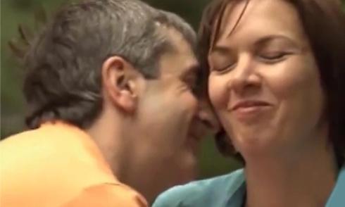 Cặp đôi mất hứng 'yêu' vì có nhiều ánh mắt nhìn vào
