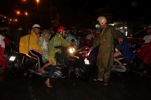 Hàng nghìn người kẹt cứng ở trung tâm Đồng Nai 3
