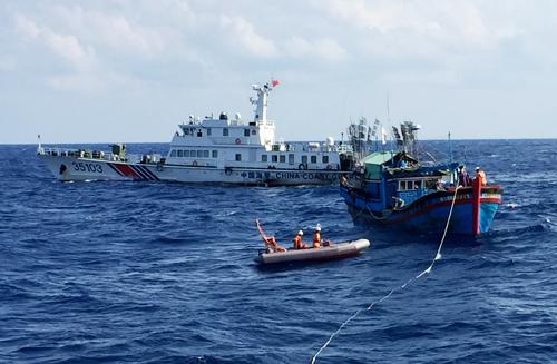 Tàu Trung Quốc cản trở Việt Nam cứu nạn 11 ngư dân 2