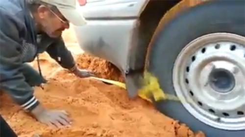 Những cách đặc biệt cứu ôtô bị sa lầy 3