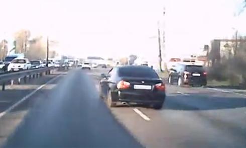 Hàng loạt ôtô đâm nhau vì cố tránh chim bồ câu 5