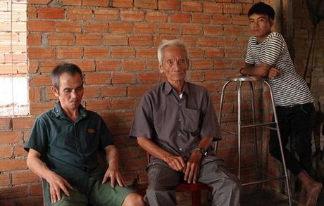 Hai cha con gặp lại nhau trong căn nhà nhỏ sáng 23/10. Ảnh: Ngọc Hà